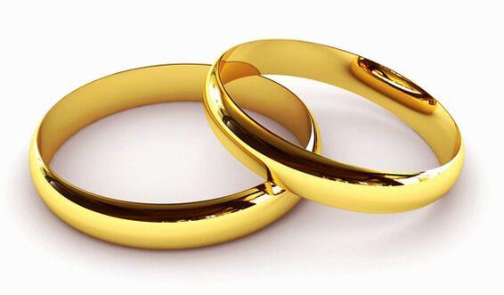 Hochzeitsringe liegen übereinander